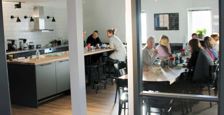 Kontorets hjärta - Det nybyggda köket har blivit kontorets hjärta, där personalen samlas för lunch och andra möten.