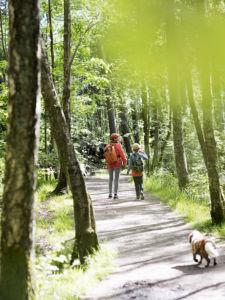 Bild med mamma och barn som promenerar i Änggårdsbergen Södra Änggården Högsbo