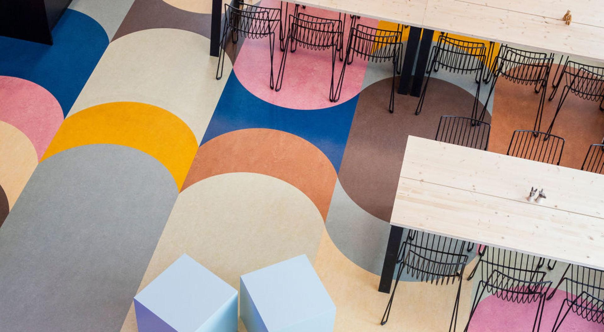 Golvet i Avinodes kontor påminner om en regnbåge.