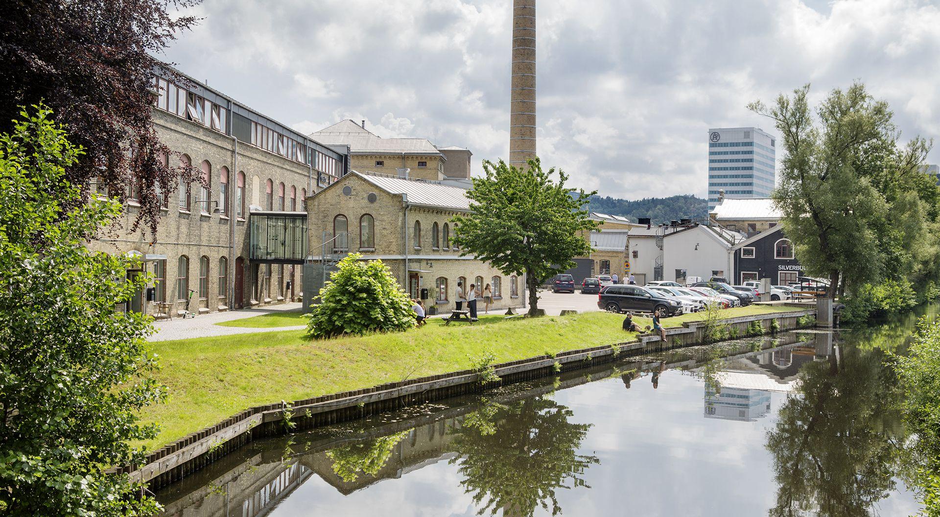 Almedals Fabriker ligger mitt i Mölndalsåns dalgång. I vackra tegelbyggnader från 1800-talets spinneri- och väveriverksamhet, huserar  numera  kreativa verksamheter inom bland annat musik, filmproduktion och inredning.
