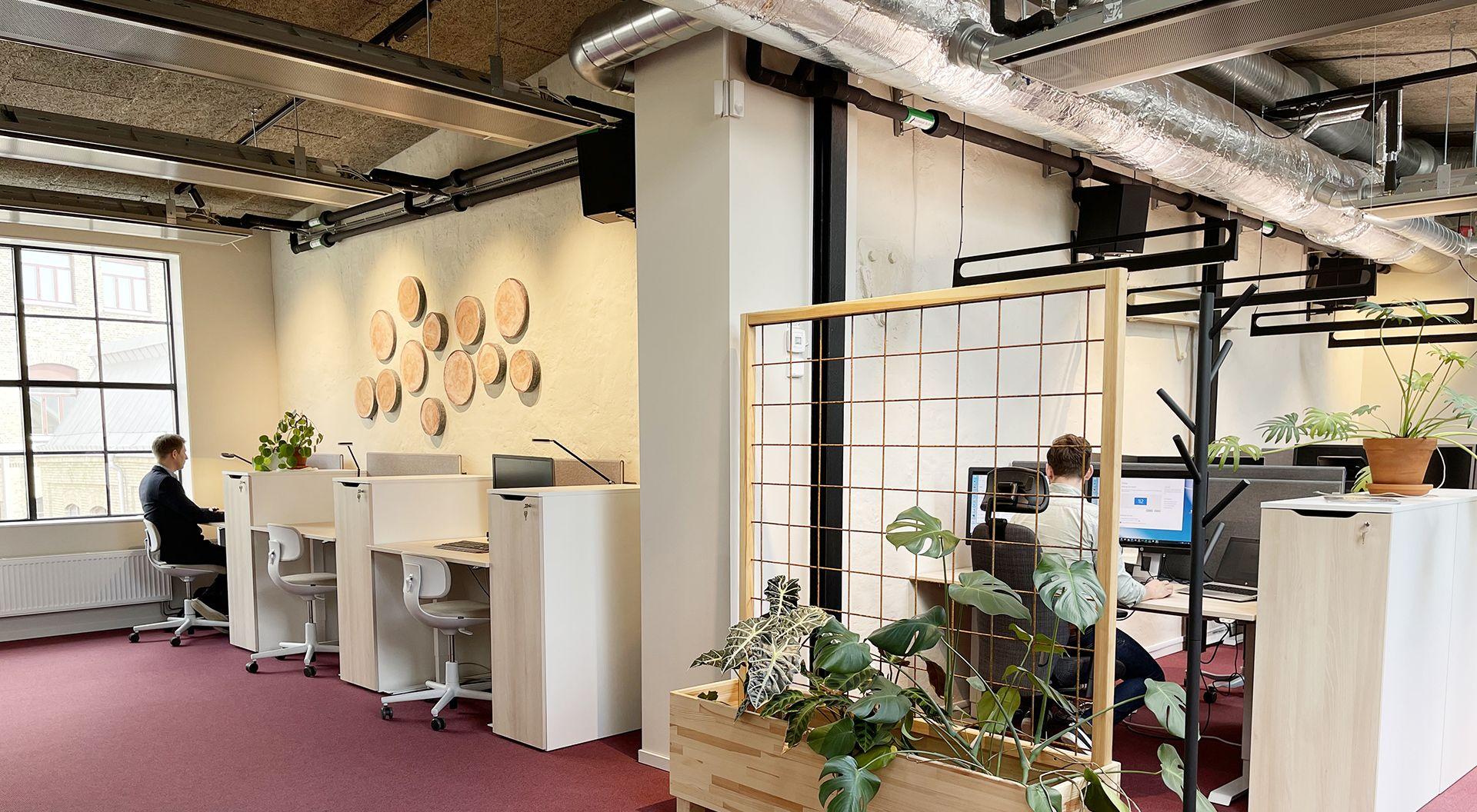 På översta våningen finns arbetsplatser med utsikt över fabriksområdet. Miljöerna är inspirerande med jordnära toner och man har också bevarat befintlig grov struktur från anslutande väggar för att ge lokalen en industriell karaktär.
