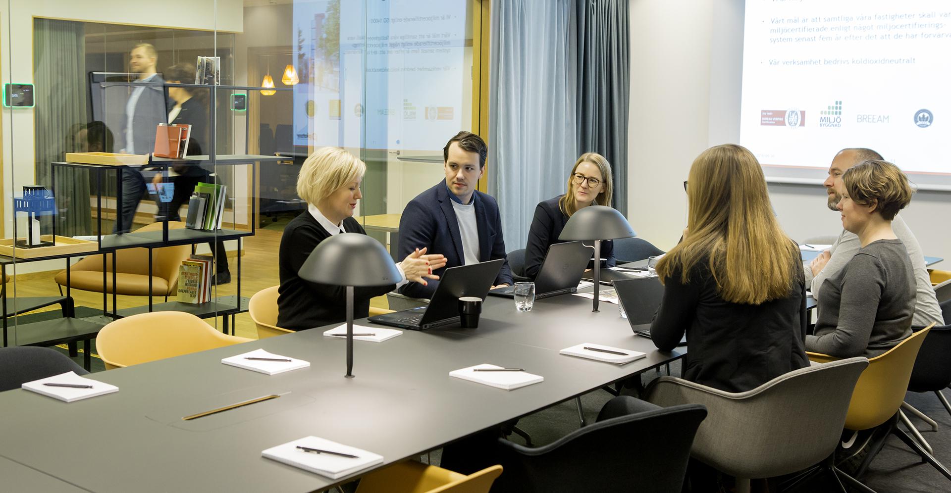 Glada kollegor i konferensrum
